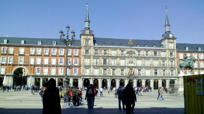 Plazas de Madrid atraen multitudes