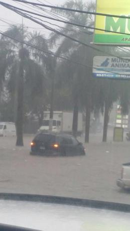 Lluvias provocan inundaciones en calles y avenidas de Santiago