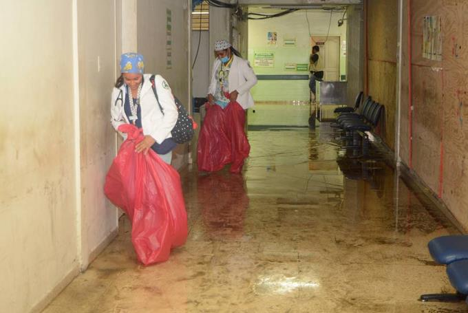 Dos hospitales de Santiago se inundan por las lluvias