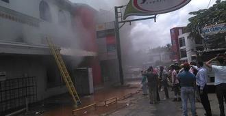 Incendio afecta centro comercial en Cotuí  donde hay sucursales bancarias y otros establecimientos