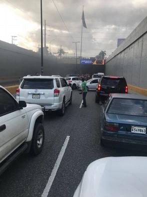 Vehículo se incendia en túnel de Las Américas; carril en sentido este-oeste está cerrado