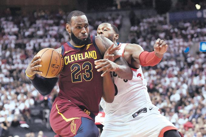 LeBron: triple-doble y Cavs ganan