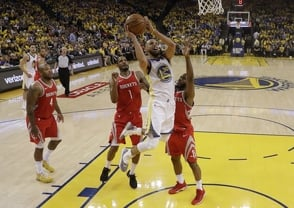 Curry anota 35 puntos y Warriors toman ventaja 2-1