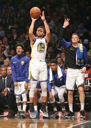 Curry establece marca, Warriors vencen a Dallas