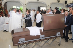 Sepultan restos hermano monseñor Freddy Bretón