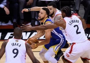 Con Thompson y Curry, Warriors igualan serie a 1