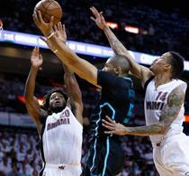 Williams guía Charlotte a derrotar Miami 90-88