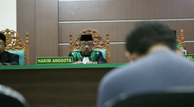 Video: Un tribunal islámico de Indonesia condena a pareja homosexual a 85 golpes