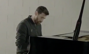 Video: Lionel Messi enseña su talento tocando piano