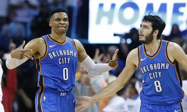 Westbrook anota 45 y el Thunder sobrevive
