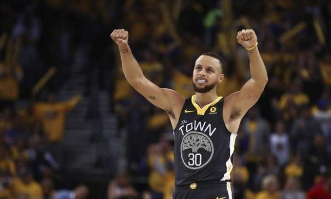 Curry regresa en el triunfo de los Warriors