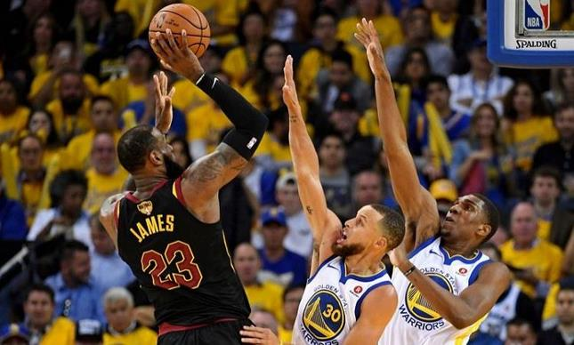 Curry y Warriors sobreviven a 51 puntos de LeBron