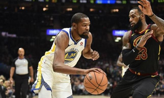 Warriors a uno de la corona, Durant anota 43