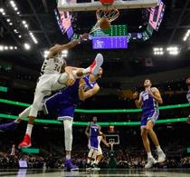 Antetokounmpo logra triple-doble y Bucks propinan paliza a Kings