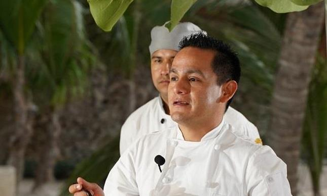 Chef Carlos Robles durante cooking show en Playa Blanca (853x1280)