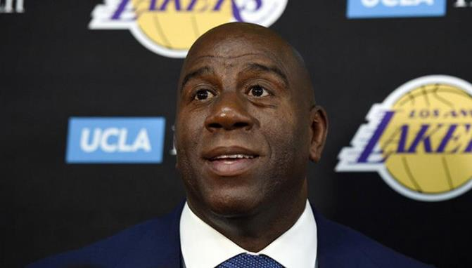 Magic dejó a Lakers por traición Pelinka
