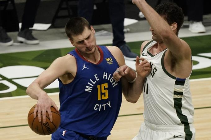 Jokic logra 'triple doble' y Nuggets aplastan Bucks; Suns golpean a Lakers